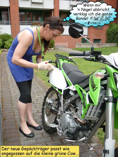 Svenja Svendura montiert die Gepäckbrücke an ihrer KLX250
